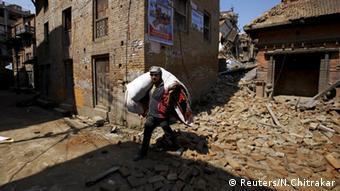Nepal Menschen verlassen ihre Häuser nach Erdbeben in Bhaktapur
