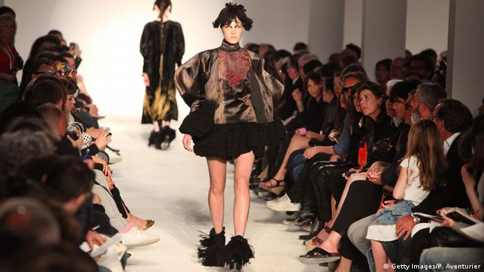 Ein Model auf dem Laufsteg während einer Modenschau