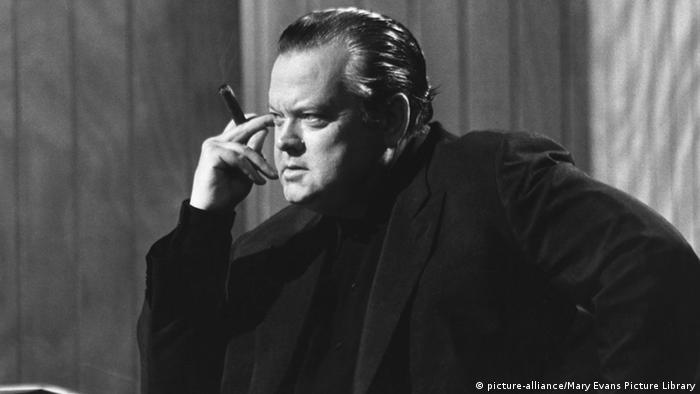 Foto em preto e branco mostra o diretor americano Orson Welles nos anos 1970