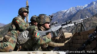 Afghanistan Afghan National Army Soldaten Symbolbild (picture-alliance/epa/G. Habibi)