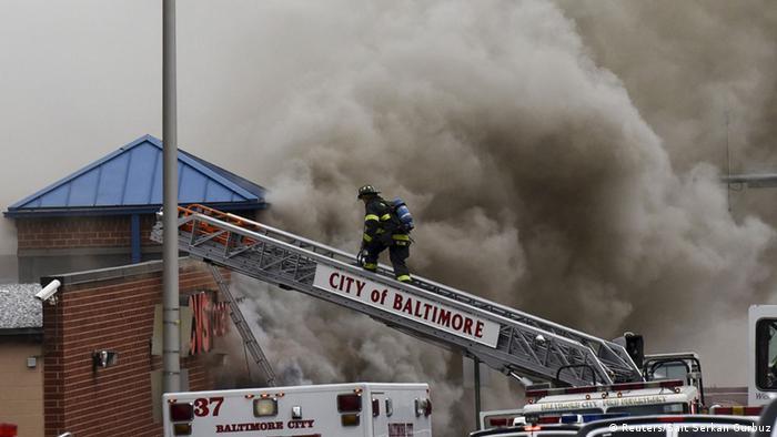 Пожарные тушат здание аптеки