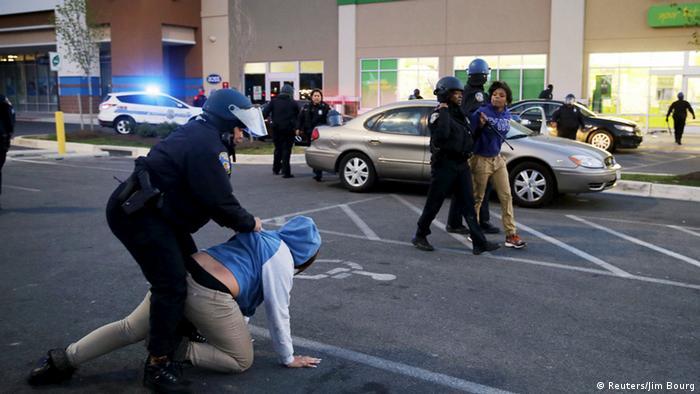 Полиция задерживает мародеров