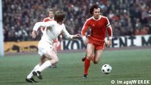 1976 Franz Beckenbauer (FC Bayern München) im Spiel gegen Real Madrid Franz Beckenbauer FC Bavaria Munich in Game against Real Madrid