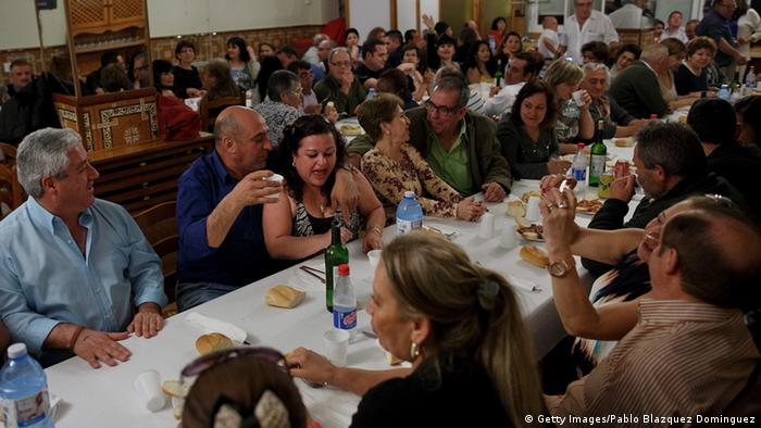 Espanhóis comemorando em Mota del Cuervo
