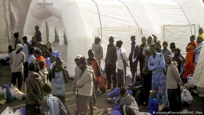 Afrikanische Flüchtlinge auf La Gomera (Foto: EPA/CARLOS FDEZ +++(c) dpa - Bildfunk)