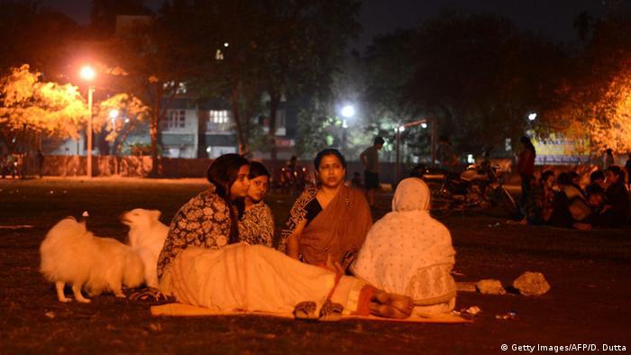 Indien Erdbeben Menschen campieren im Freien