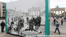 Ein historisches Foto vom Ende des 2. Weltkrieges ist am 22.04.2015 auf dem Pariser Platz in Berlin aufgestellt. Das Foto gehört zu der Ausstellung Mai '45 - Frühling in Berlin, die bis zum 26. Mai mit einer Open-Air-Ausstellung an die Kapitulation Berlins am 2. Mai und das Ende des 2. Weltkrieges im Frühjahr 1945 erinnert. Foto: Stephanie Pilick/dpa