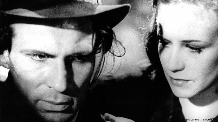Filmstill Die Mörder Sind Unter mit Schauspielerin Hildegard Knef
