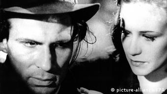 Szene mit Hildergard Knef und Wilhelm Borchert aus dem Film Die Mörder sind unter uns (1946)