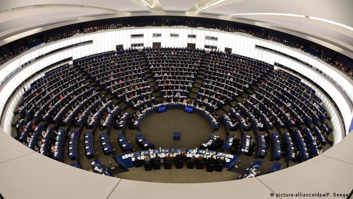 Eurodeputados durante uma sessão plenária do Parlamento Europeu, em Estrasburgo, na França