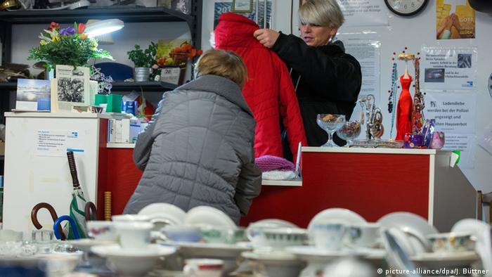 Einkauf im Secondhand-Laden (Foto: dpa/picture alliance)