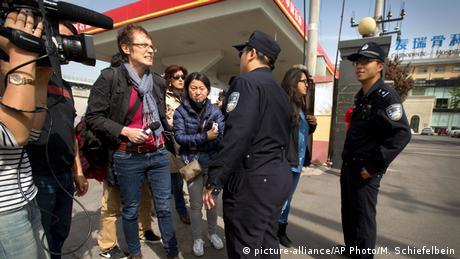 Ein Kamerateam wird von chinesischen Polizisten bedroht. (Foto: picture-alliance/AP Photo/M. Schiefelbein)