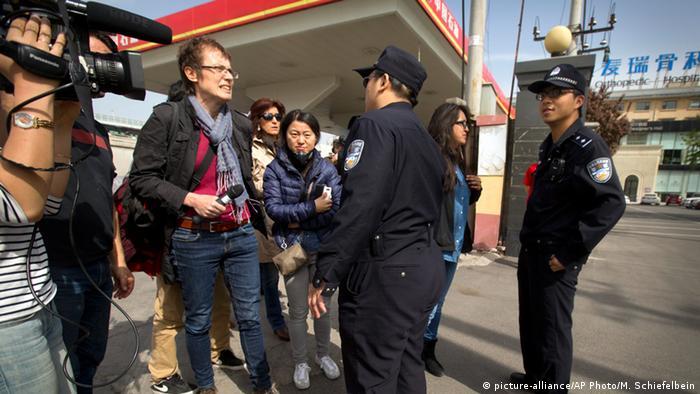 Китайские полицейские дискутируют с группой журналистов