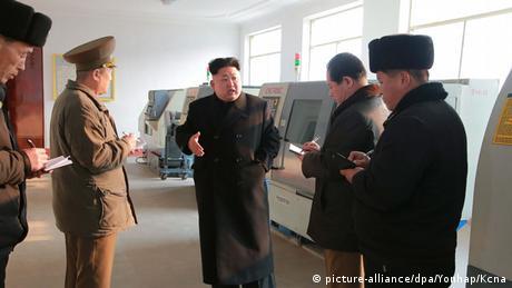 Kim Jong Un spricht zu vier Offizieren, die alles auf einem Block notieren. (Foto: picture-alliance/dpa/Yonhap/KCNA)