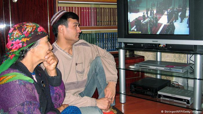 Ein turkmenisches Ehepaar sitzt vor ihrem Fernseher im Wohnzimmer. (Foto: Stringer/AFP/Getty Images)