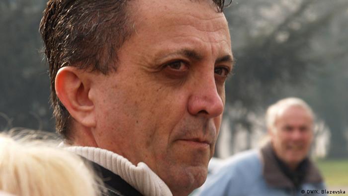 Tomislav Kezarovski ist Journalist aus Mazedonien. Auf dem Porträt macht er einen sehr ernsten Gesichtsausdruck. (Foto: DW/K. Blazevska)