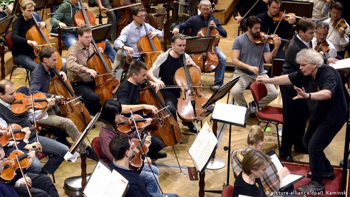 Berliner Philharmoniker mit Dirigent Simon Rattle im November 2014 (Foto:EPA/Jakub Kaminski)