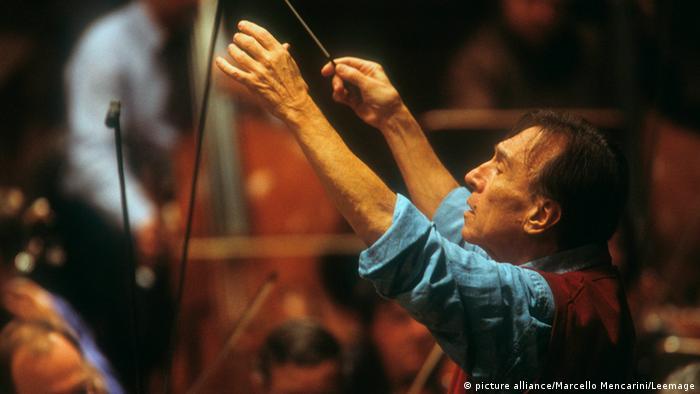 Der Dirigent Claudio Abbado während eines Konzerts