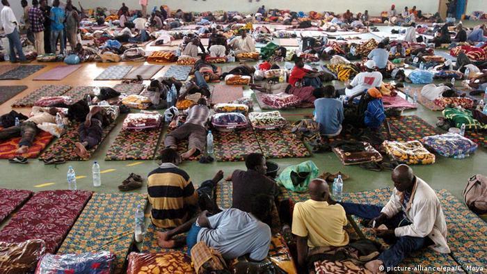 Flüchtlinge aus dem Senegal in einem Abschiebelager in Marokko. Foto: EPA/Chema Moya
