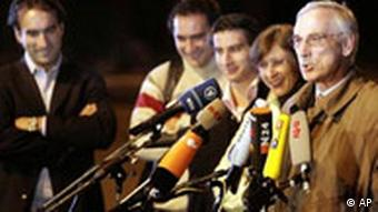 Jürgen Chrobog, rechts, und seine Familie geben nach ihrer Rückkehr eine Pressekonferenz (Foto: AP)