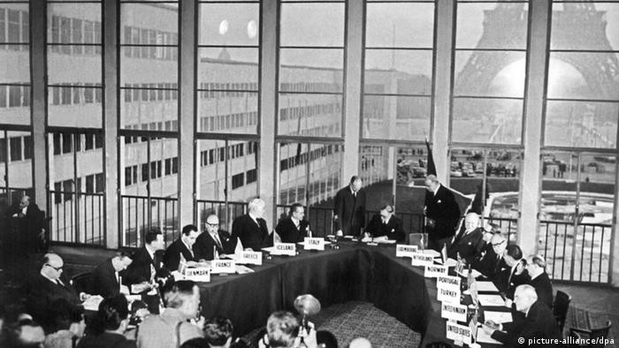 Assinatura dos Acordos de Paris na capital francesa em 1954