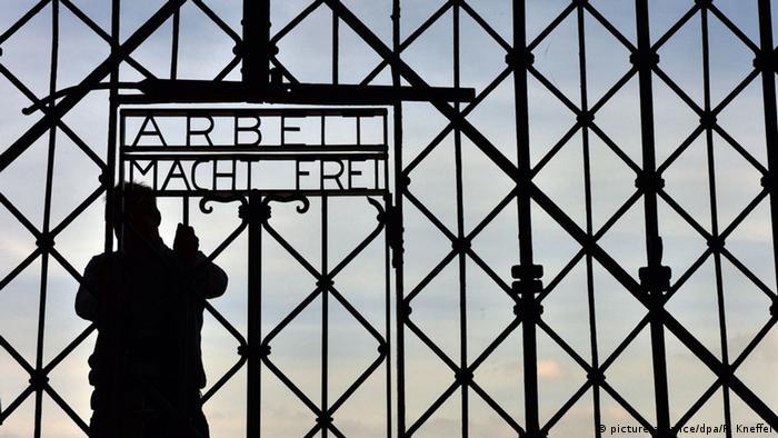 Dachau Rekonstruiertes Metalltor mit der Aufschrift Arbeit mach Frei