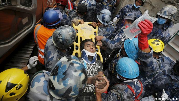 Bildergalerie Nepal Erdbeben Zerstörung geretteter Junge in Kathmandu