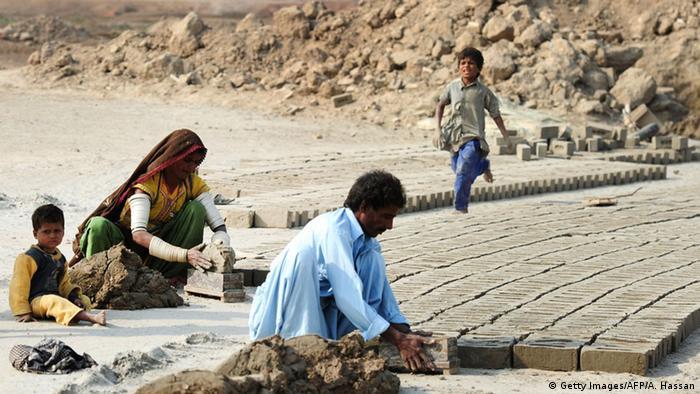 Pakistan Arbeiter Schulden Sklaverei Arbeitsbedingungen (Getty Images/AFP/A. Hassan)