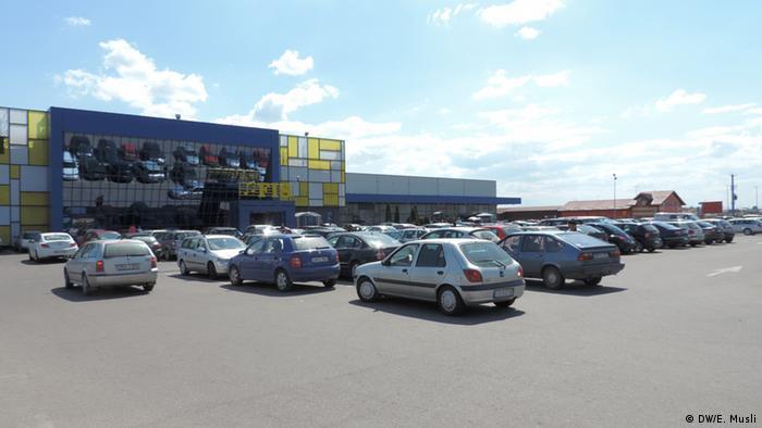 Blještavi poslovni centri, parkinzi puni automobila i radnici koji rade za male pare