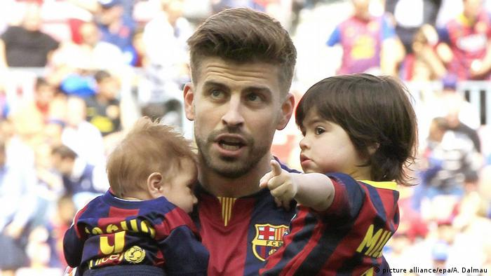 Gerard Piqué and his two sons with Shakira, Milan and Sasha (picture alliance/epa/A. Dalmau)