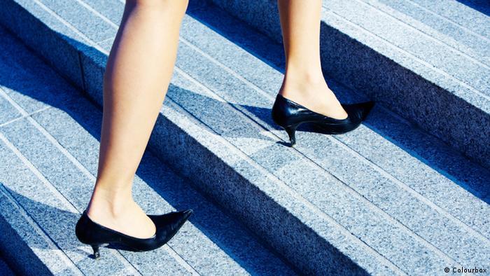 Geschäftsfrau Treppensteigen Stöckelschuhe