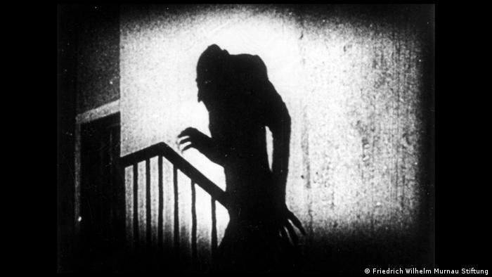 Sombra de pessoa subindo escada