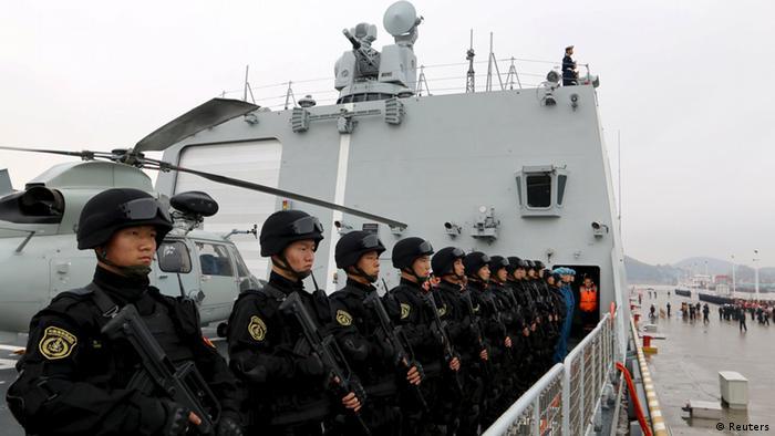 Chinesisches Kriegsschiff mit Matrosen an Bord