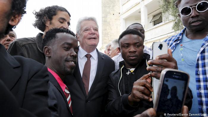 Bundespräsident Gauck mit Bewohnern der Flüchtlingsunterkunft Marsa (Foto: Reuters/Darrin Zammit Lupi)