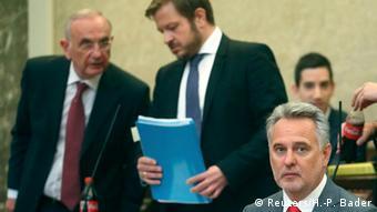 Адвокаты Дитер Бёмдорфер (слева) и Рюдигер Шендер (по центру)