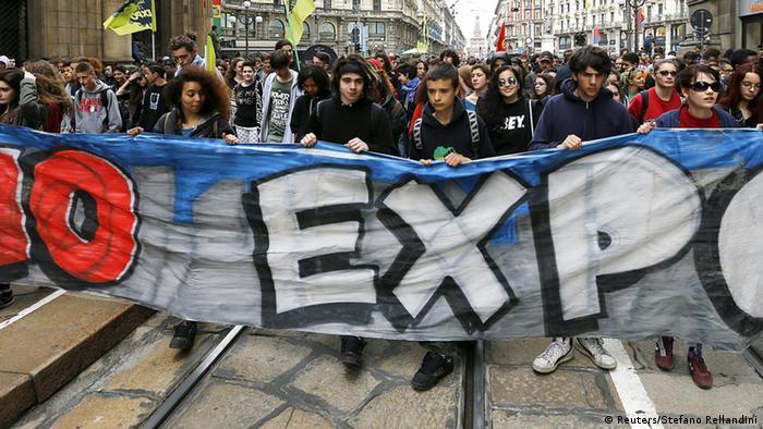 Demonstranten tragen ein Banner mit der Aufschrift No Expo (Foto: Reuters)