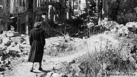 Symbolbild Frau Kriegsende 1945 70 Jahre Kriegsende