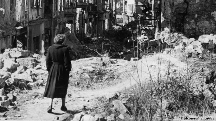 Woman in the ruins of a city 1945 (picture-alliance/dpa)