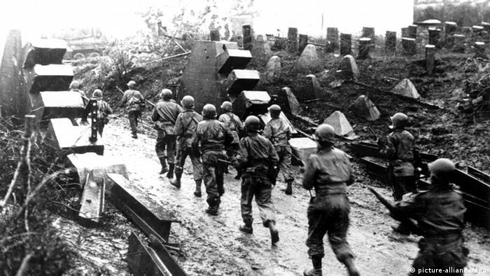 در ۸ مای ۱۹۴۵ سرانجام آلمان معاهده تسلیم بی قید و شرط خود را در برابر نیروهای متفق شوروی، آمریکا، فرانسه و بریتانیا، به امضا رساند.