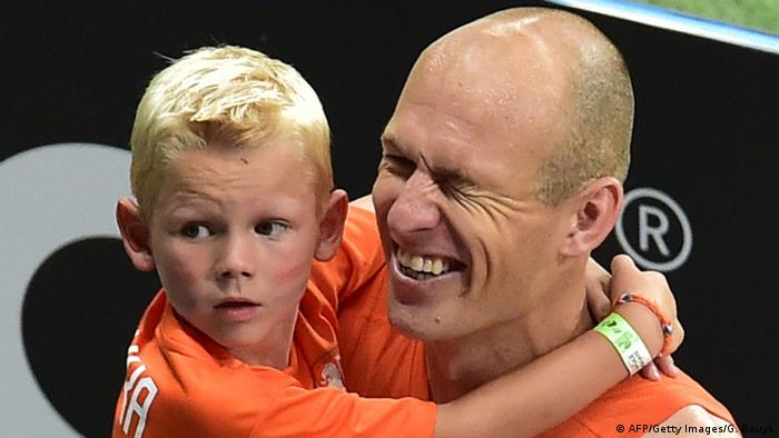 Arjen Robben mit Sohn (AFP/Getty Images/G. Bouys)