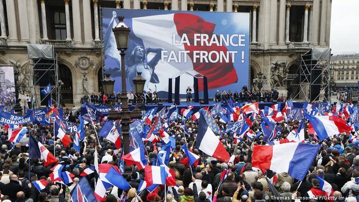 Frankreich Femen Protest bei le Pen Auftritt Maiparade