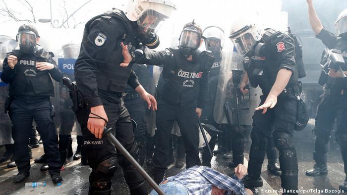 Поліція в Стамбулі затримує протестувальника