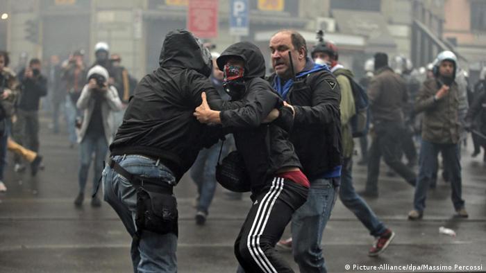 Demonstranten und Polizisten liefern sich gewaltsame Auseinandersetzungen (Foto: dpa)