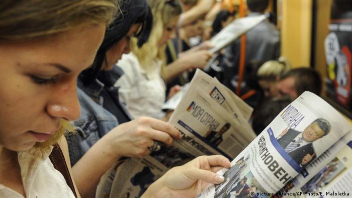 Пасажирка читає пресу в київському метро (архівне фото)