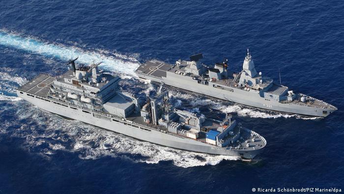 Der Einsatzgruppenversorger Berlin (vorn) und die Fregatte Hessen bei einem Manöver im Mittelmeer (Archivfoto 2008: dpa)