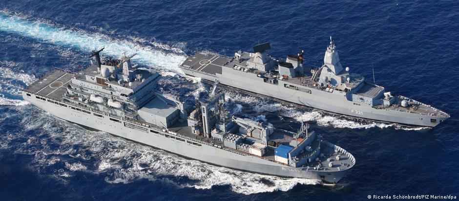 Navios alemães Berlim e Hessen, que devem participar da operação europeia no Mar Mediterrâneo