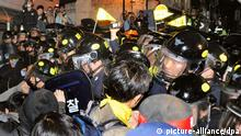 South Koreans protesting the government's handling of the Sewol ferry disaster clash with riot police in Seoul on May 1, 2015. The police sprayed tear gas at those heading toward the Blue House presidential office. (Foto: picture alliance/dpa)