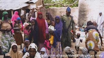 Nigeria Armee rettet Mädchen