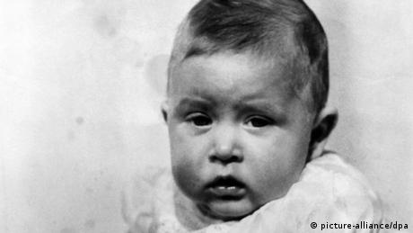 Prince Charles as a baby (picture-alliance)