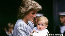 Diana, die Prinzessin von Wales trägt ihr Baby Prinz Harry am 7.8.1985 in Southhampton im Arm. Prinz Harry, der jüngste Sohn von Diana und Prinz Charles, wollte seinen 16. Geburtstag am 15.9.2000 in der Schule feiern. Er verbringe den Tag «ganz normal» im Eliteinternat Eton. Am Sonntag, 17.9. plane der Teenager einen «freien Tag», falls die Lage bei der Spritversorgung einen Ausflug zulasse, wurde mitgeteilt. Der inzwischen 1,80 Meter große Prinz bereitet sich in dem Internat auf eine Zwischenprüfung vor. Wie sein älterer Bruder William sieht Harry in seiner Freizeit gerne Actionfilme oder hört Popmusik. Ansonsten wird Rugby oder Polo gespielt.